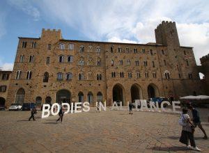 Installation de Bodies sur la Piazza dei Priori à Volterra. Photo © André M. Winter