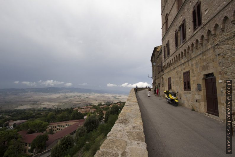 Via Lungo le Mura au sud-ouest du centre de Volterra. Photo © André M. Winter