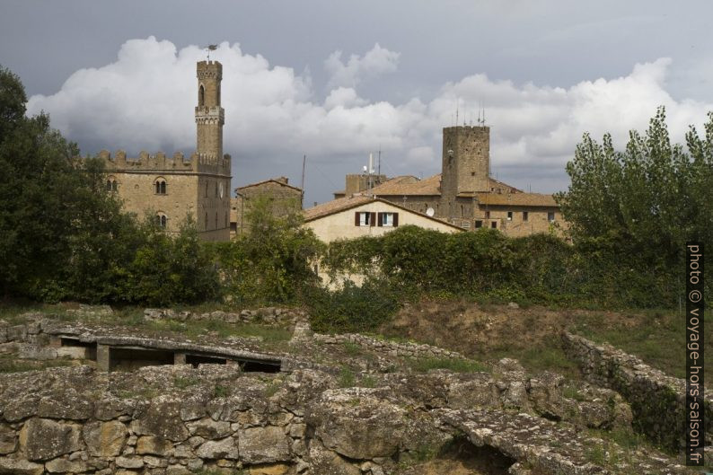 Le Palazzo dei Priori et d'autres tours vus de l'acropole étrusque. Photo © Alex Medwedeff