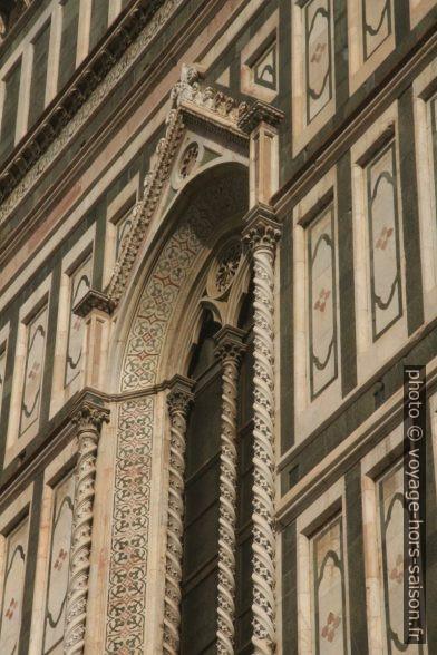 Détail d'une fenêtre de la façade sud de la cathédrale de Florence. Photo © André M. Winter