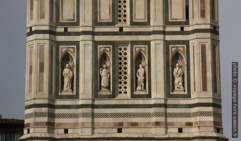 Statues sur une face du Campanile de Giotto. Photo © André M. Winter