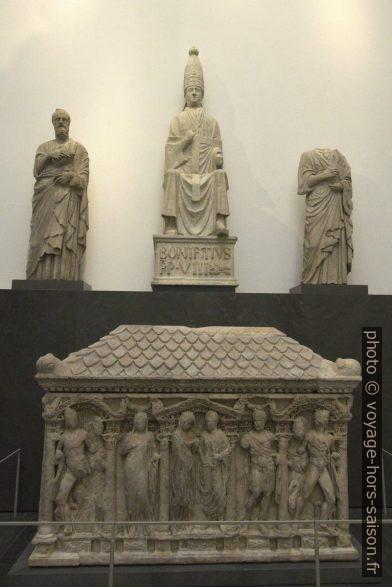 Statues d'un pape et de prophètes par Arnolfo di Cambio et un sarcophage romain du 2e siècle. Photo © André M. Winter