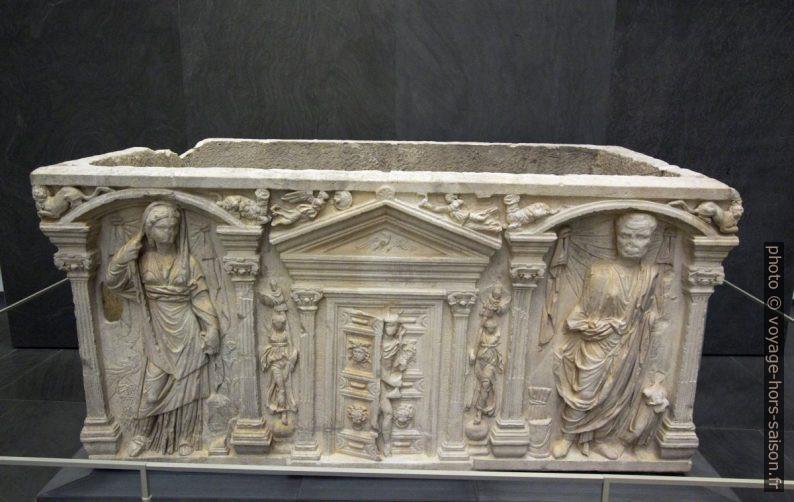Sarcophage romain du 2e siècle avec la Porte des Enfers gardé par Mercure. Photo © André M. Winter