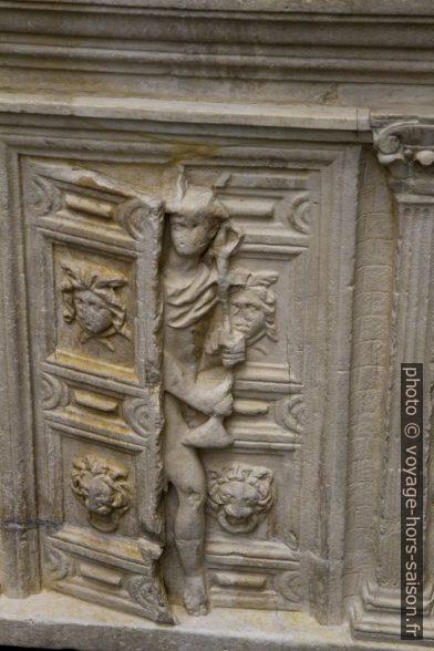 Représentation de la Porte des Enfers gardé par Mercure sur un sarcophage romain du 2esiècle. Photo © Alex Medwedeff