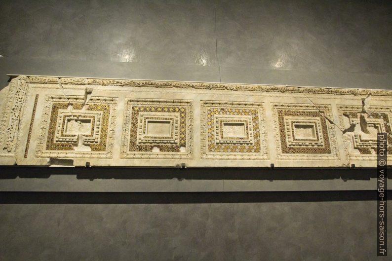 Architrave de la porte principale de façade arnolfienne de la fin du 13e siècle. Photo © André M. Winter