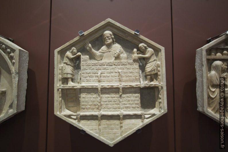 Médaillon hexagonal du campanile de Giotto montrant un maître constructeur. Photo © André M. Winter