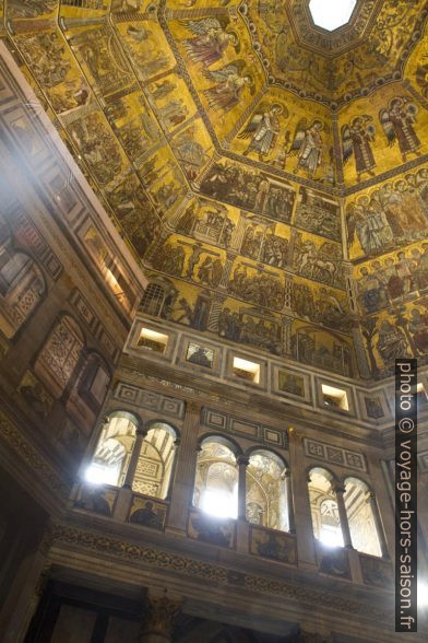 Mosaïque et arcades du Baptistère de Florence. Photo © Alex Medwedeff