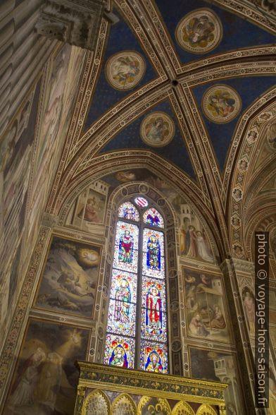 Vitrail et voûtes de la Cappella Baroncelli de l'église Santa Croce de Florence. Photo © Alex Medwedeff