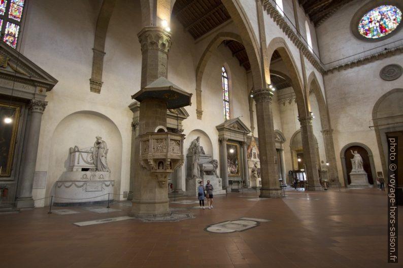 Chaire et tombes de l'église Santa Croce de Florence. Photo © André M. Winter