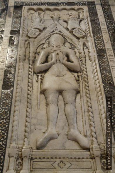 Plaque funèbre dans le sol de la Basilica di Santa Croce. Photo © Alex Medwedeff
