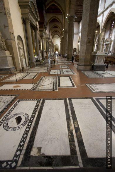 Plaques funèbres dans le sol de la Basilica di Santa Croce. Photo © André M. Winter