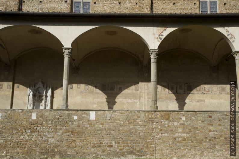Couloir nord du cloître de la Basilique Santa Croce de Florence. Photo © Alex Medwedeff