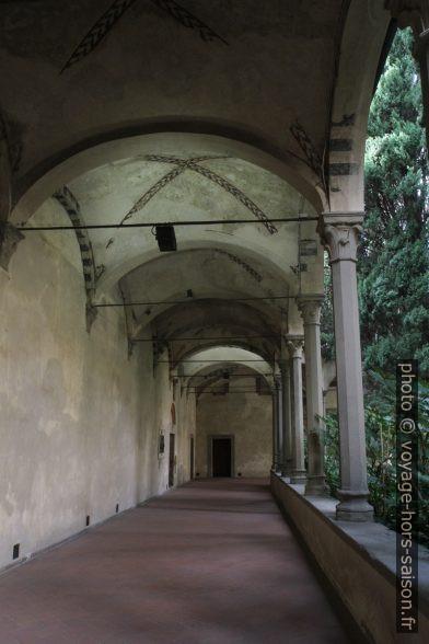 Couloir du cloître de la Basilique Santa Croce de Florence. Photo © Alex Medwedeff