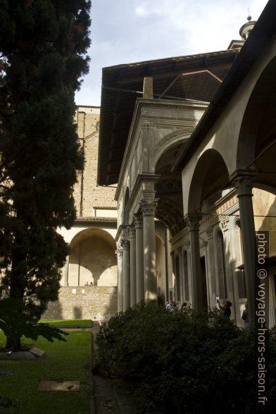Parvis de la Cappella Pazzi dans le cloître de Santa Croce. Photo © Alex Medwedeff