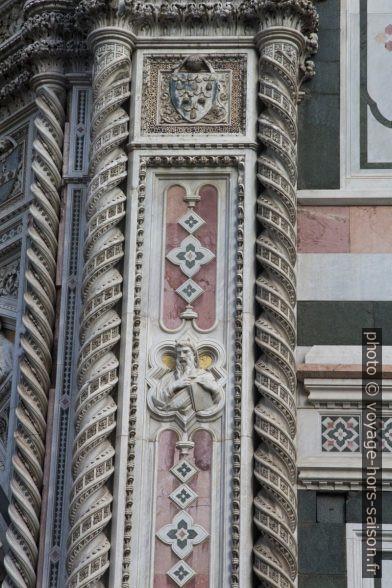 Détail de la bordure de la porte principale de la cathédrale de Florence. Photo © André M. Winter