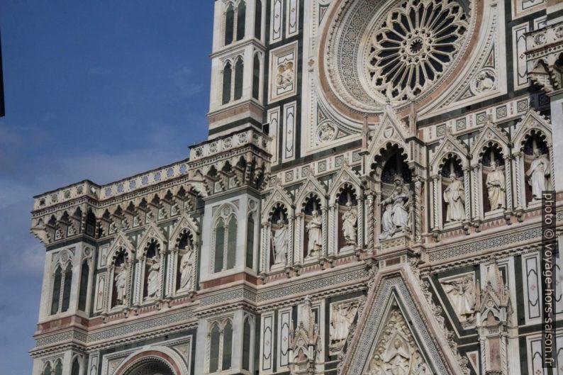 Statues et rosettes de la façade principale de la cathédrale de Florence. Photo © André M. Winter