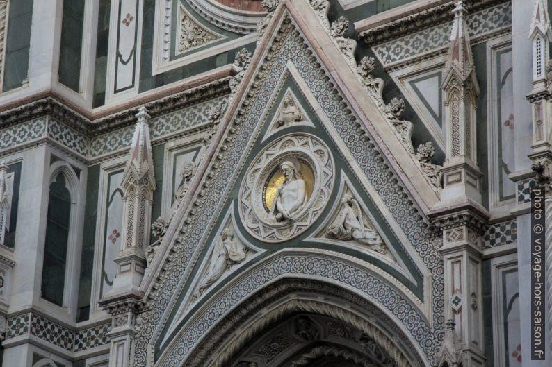 Décor de la porte gauche de la façade principale de la cathédrale de Florence. Photo © André M. Winter