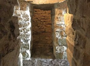 Une des quatre chambres avec vestibule du Tumulus étrusque de Montecalvario. Photo © Alex Medwedeff