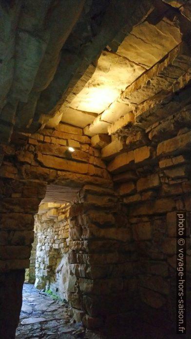 Vue de l'une des quatre chambres avec vestibule du Tumulus étrusque de Montecalvario. Photo © André M. Winter
