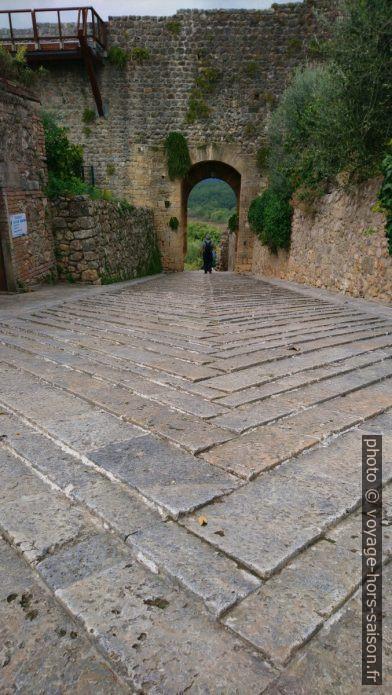 Pavé incliné de la Porta Fiorentina di Monteriggioni. Photo © André M. Winter