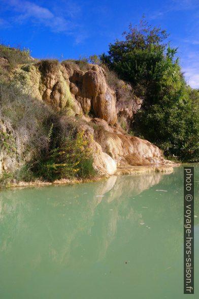 Tuf au bord du bassin haut de Bagno Vignoni. Photo © André M. Winter