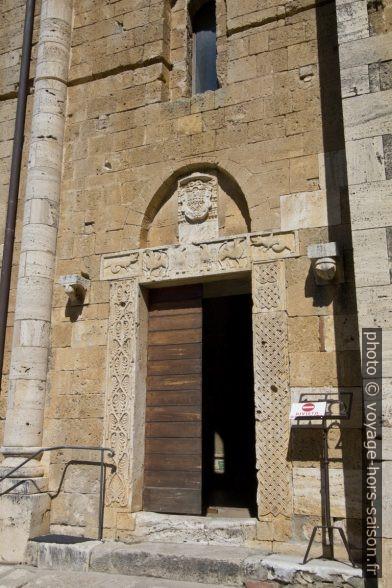 Porte principale de l'église abbatiale de Sant'Antimo. Photo © André M. Winter