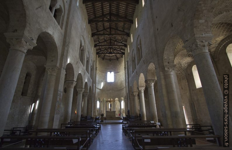 Nef de l'église abbatiale de Sant'Antimo. Photo © André M. Winter