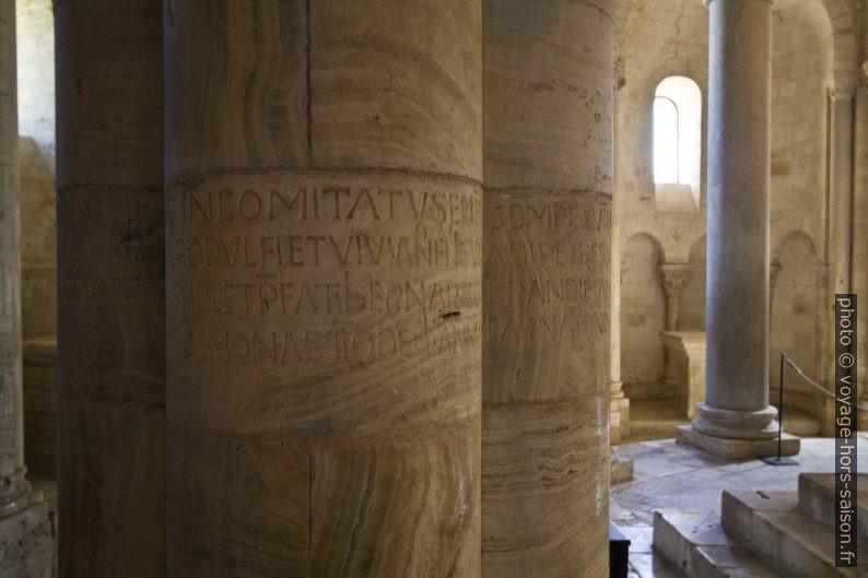 Colonnes gravés de textes latins dans le chœur l'église abbatiale de Sant'Antimo. Photo © André M. Winter