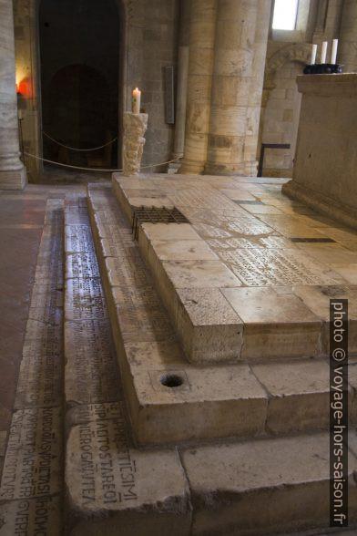 Textes latins gravés sur les marches de l'autel de l'église abbatiale de Sant'Antimo. Photo © André M. Winter