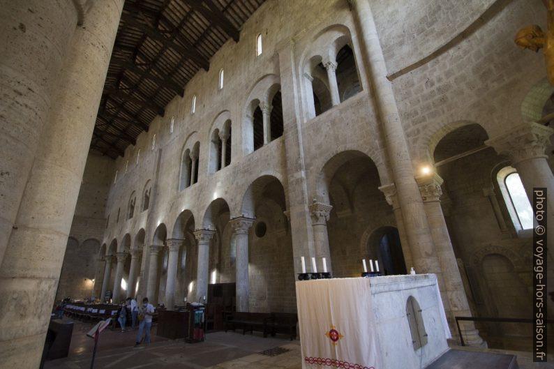 Galerie et bas-côté de l'église abbatiale de Sant'Antimo. Photo © André M. Winter