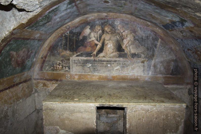 Fresques et autel de la crypte de l'église abbatiale de Sant'Antimo. Photo © André M. Winter