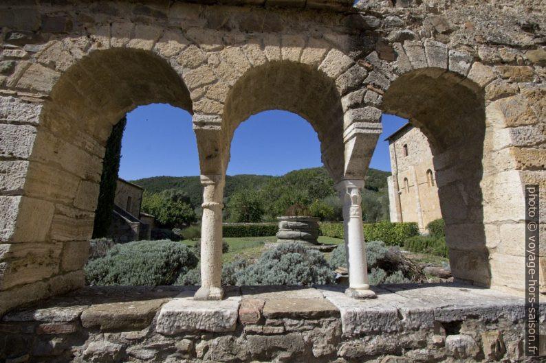 Trifora de l'ancienne salle capitulaire de l'abbaye de Sant'Antimo. Photo © André M. Winter