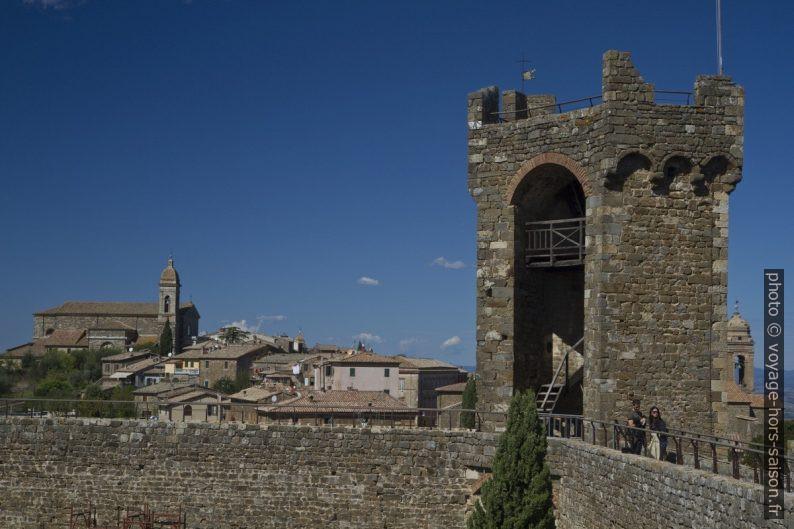 Tour du fort de la Rocca di Montalcino et la cathédrale. Photo © Alex Medwedeff