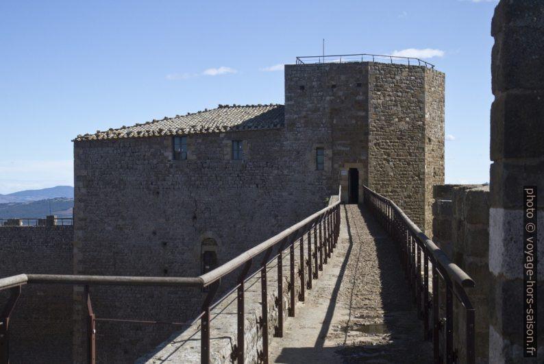 Tour de ronde de la Fortezza della Rocca di Montalcino. Photo © Alex Medwedeff