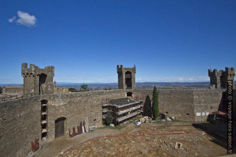 Tours et mur d'enceinte du fort de la Rocca di Montalcino. Photo © André M. Winter