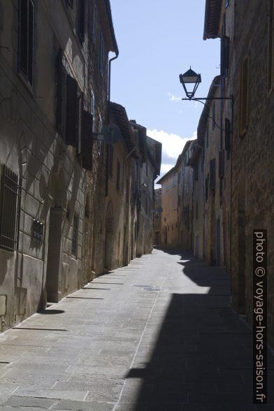 Une ruelle raide non-touristique à Montalcino. Photo © Alex Medwedeff