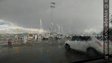 Orage sur le port de Talamone vue de la voiture. Photo © André M. Winter