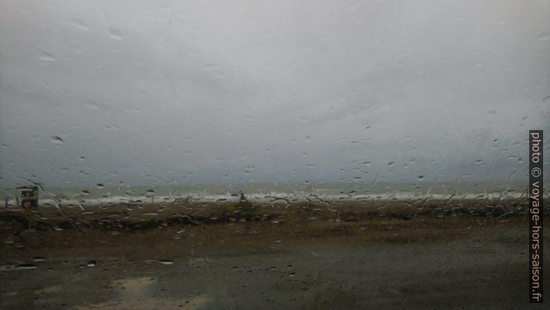 Nous attendons la fin de la pluie dans la voiture à Marina di Alberese. Photo © André M. Winter