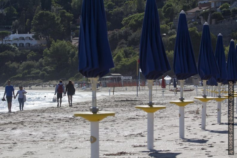 Parasols de la plage payante de la Zonca. Photo © André M. Winter