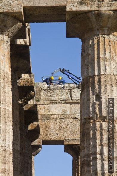 Travaux sur le Temple de Poséidon à Paestum. Photo © André M. Winter