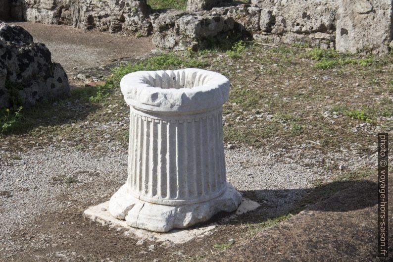 Un puits avec traces des cordes à Paestum. Photo © André M. Winter
