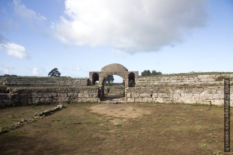 Un des accès à l'Amphithéâtre de Paestum. Photo © André M. Winter