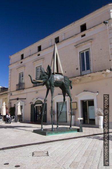 Sculpture d'un éléphant de Dalí à Matera. Photo © André M. Winter
