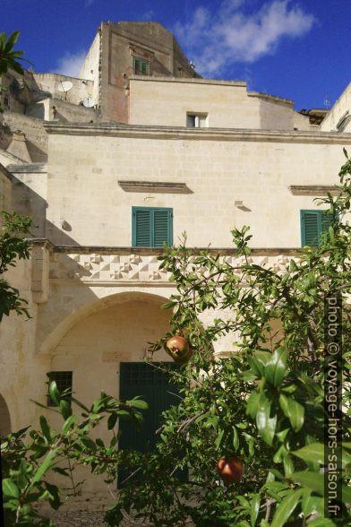 Un grenadier dans la cour du Palazzo Acito à Matera. Photo © André M. Winter