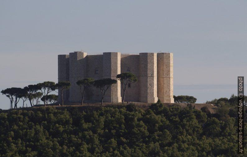 Le Castel del Monte vu depuis le sud-ouest. Photo © André M. Winter