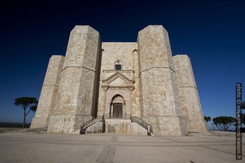 Le Castel del Monte tôt le matin avant l'ouverture. Photo © André M. Winter