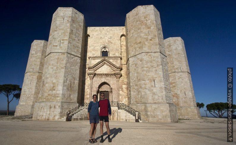 Alex et André devant le Castel del Monte. Photo © Alex Medwedeff
