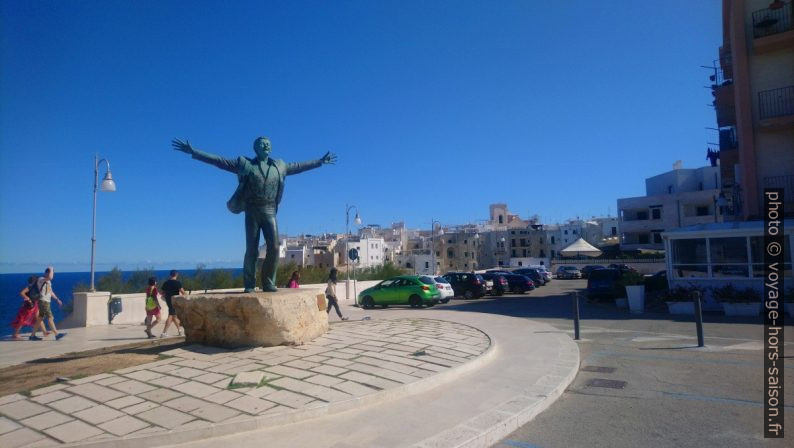 Statue de Domenico Modugno à Polignano. Photo © André M. Winter