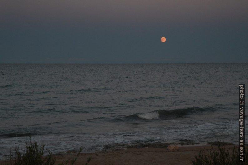 La lune se lève. Photo © Alex Medwedeff