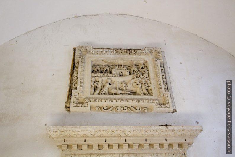 Sculpture dans le passage d'une maison à Lecce. Photo © André M. Winter